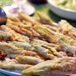 Fiori di zucca in pastella, ricetta per un antipasto sfizioso