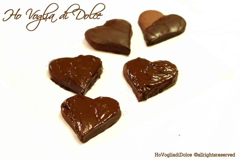 Biscotti a forma di cuore ricoperti di cioccolato, ricetta | Ho Voglia di Dolce