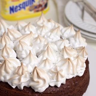 Torta al cacao Nesquik meringata