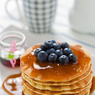 Pancakes al latte di mandorla…. ed un blog compleanno