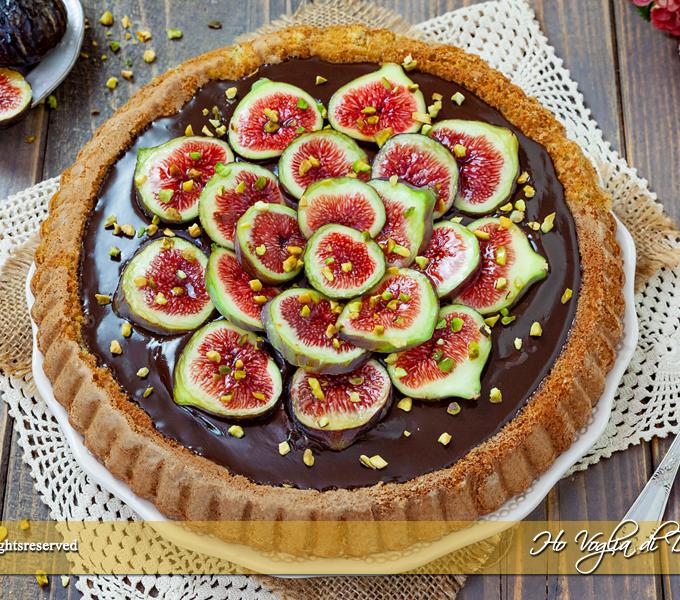 Crostata morbida ai fichi, cioccolato e pistacchio un dolce facile e d'effetto con lo stampo furbo. Una base al pistacchio ricoperta di cioccolato fondente