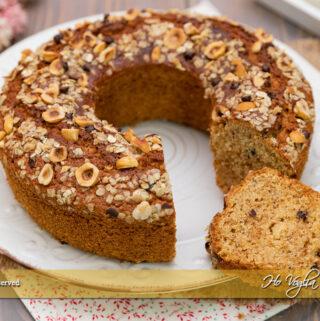 Torta con farina d'avena, nocciole e gocce di cioccolato